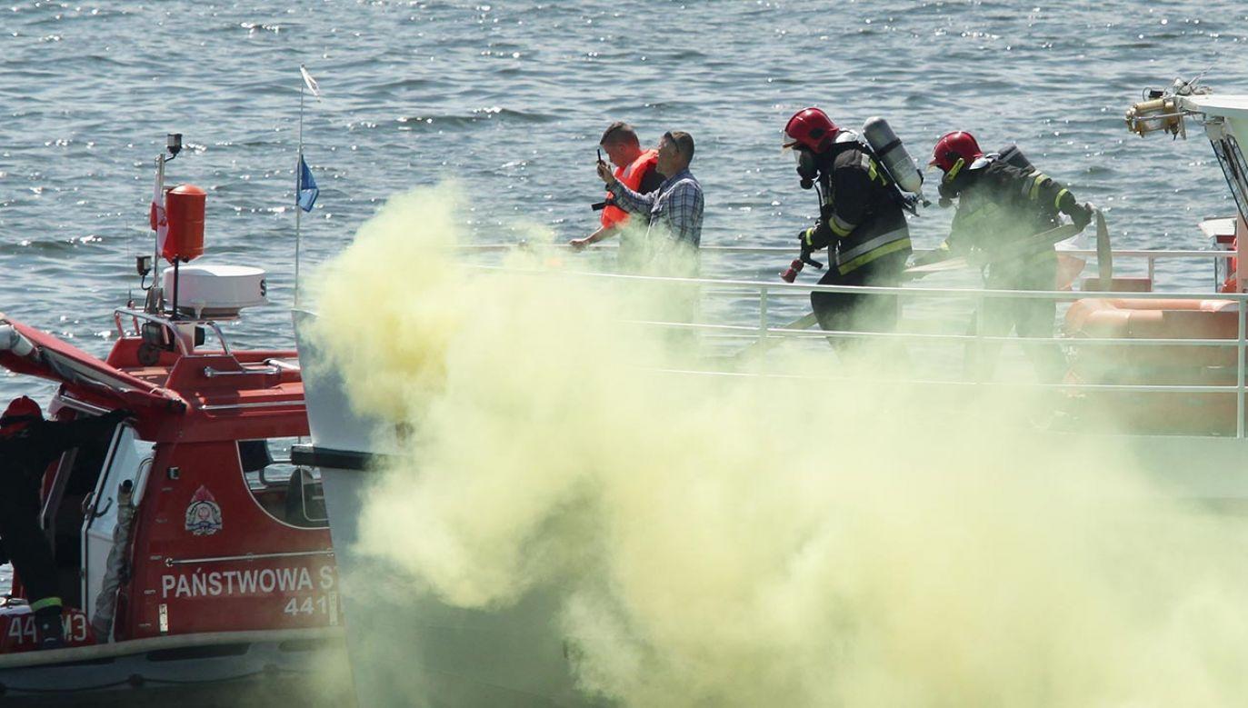 Na Jeziorze Drwęckim w Ostródzie doszło do wybuchu i pożaru łodzi (fot. PAP/Tomasz Waszczuk)