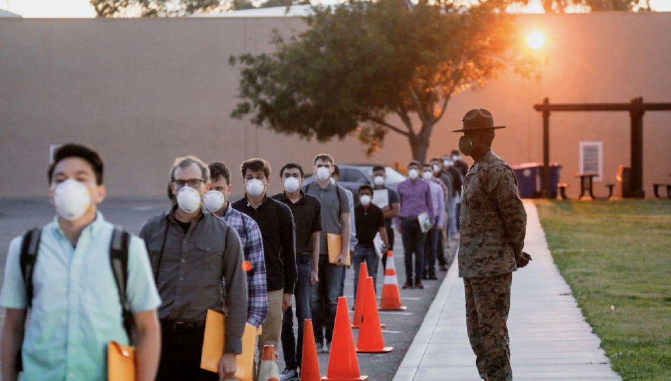 Zidentyfikować można pojedynczy przypadek COVID-19 w budynku liczącym około 500 osób (fot. Sandy Huffaker/Getty Images)