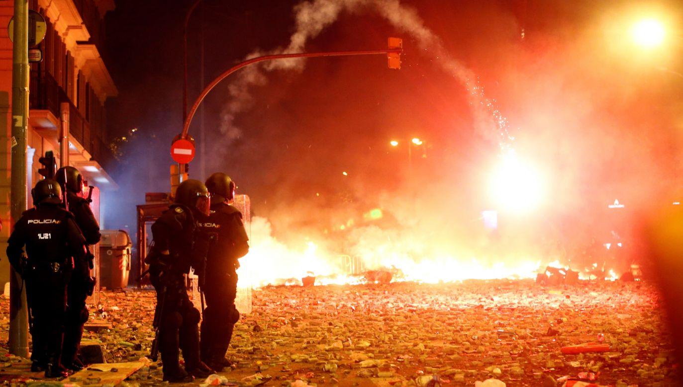 Według hiszpańskiego MSZ podczas nocnej eskalacji protestu zatrzymano 83 protestujących (fot. PAP/EPA/TONI ALBIR)