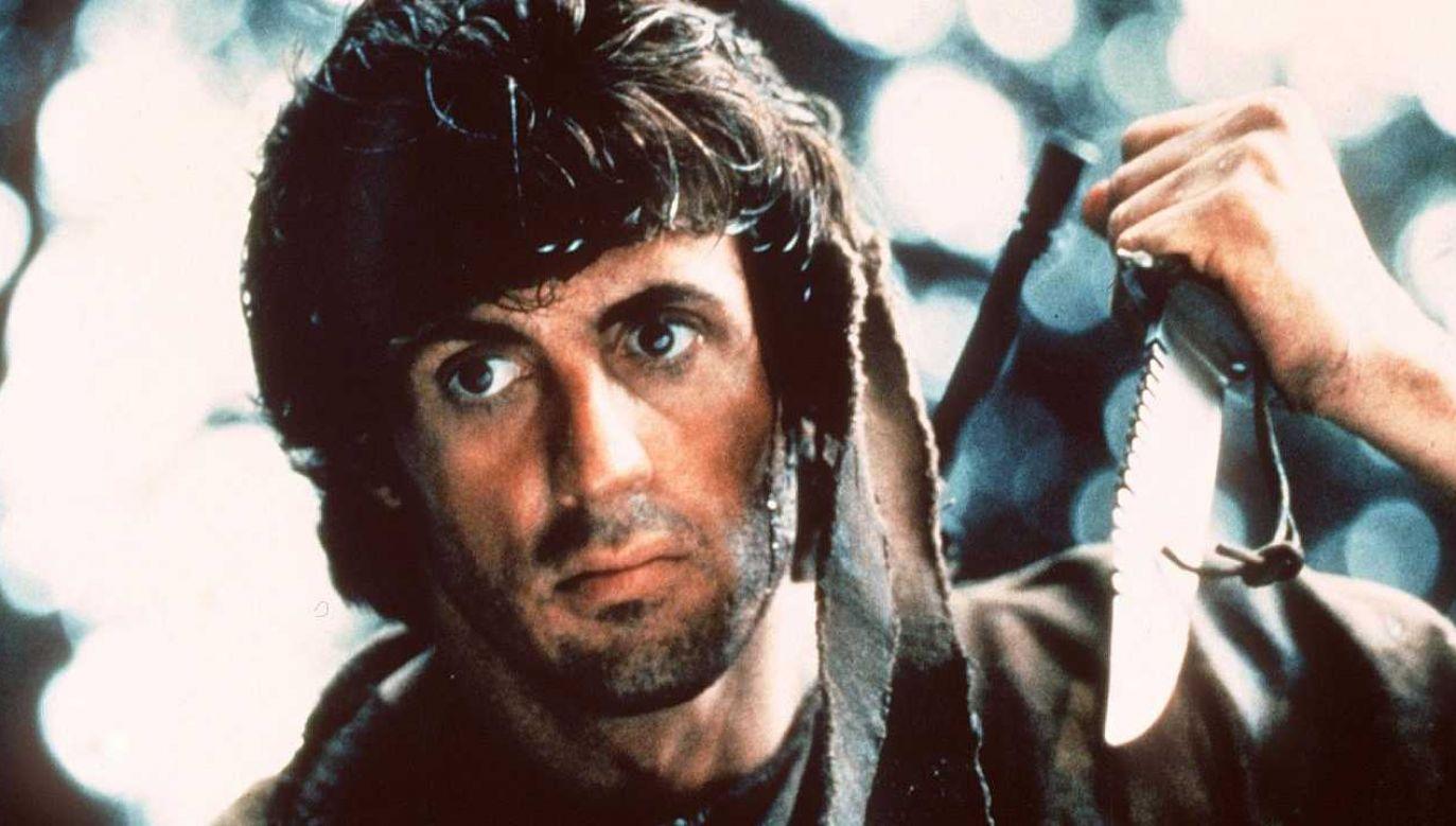 """Sylvester Stallone użył jednego z noży w filmie (fot. z filmu """"Rambo – Pierwsza krew""""/Orion Pictures/mat.pras.)"""