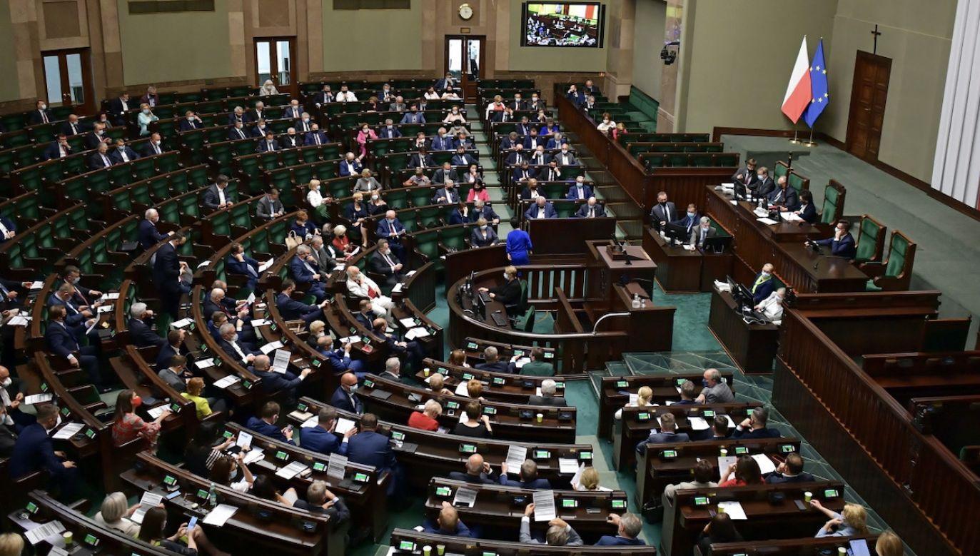 Określone zasady obowiązują posłów i dziennikarzy (fot. PAP/Marcin Obara)