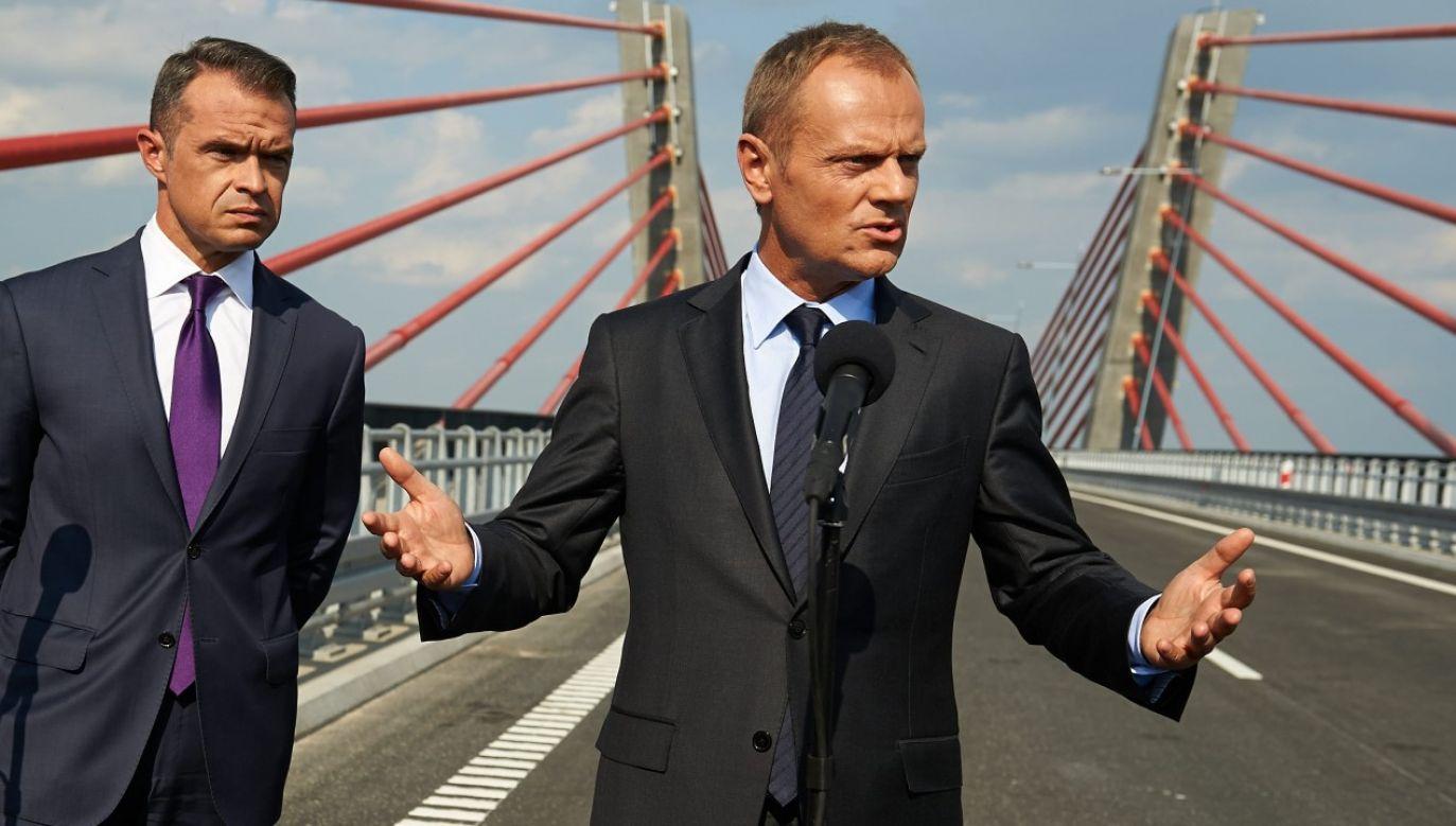 Premier Donald Tusk i minister transportu, budownictwa i gospodarki morskiej Sławomir Nowak (fot. arch. PAP/Adam Warżawa)