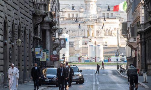 15 marca 2020 r. Papież Franciszek udał się pieszo do kościoła San Marcello al Corso, gdzie znajduje się cudowny Krucyfiks, noszony w procesji w 1522 roku, na zakończenie wielkiej plagi w Rzymie. Fot. PAP/EPA.