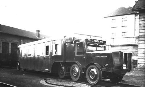 Komunikacja międzymiastowa – autobus szynowy Michelin, kursujący na linii Kraków-Zakopane. Czerwiec 1932. Fot. NAC/IKC, sygn. 1-G-3939-1