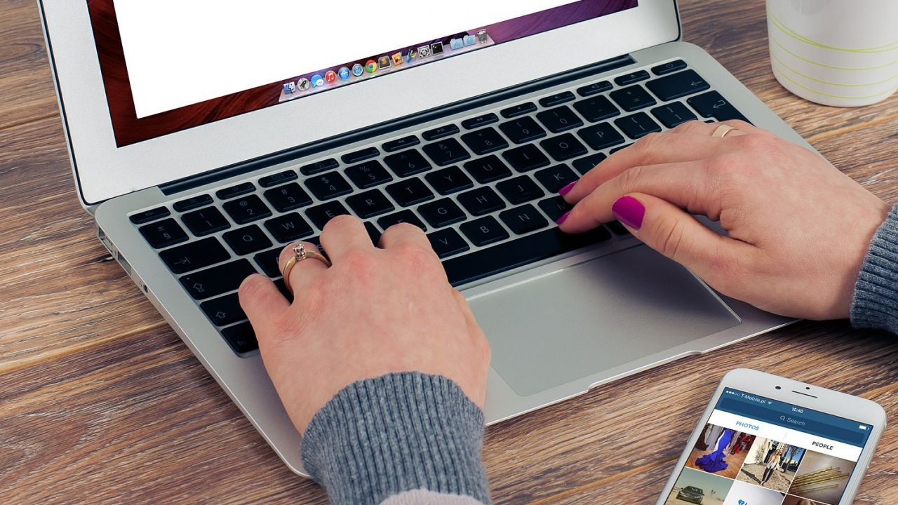 42 proc. Polaków nie ma żadnych umiejętności związanych z obsługą komputera (fot.pixabay.com/FirmBee)