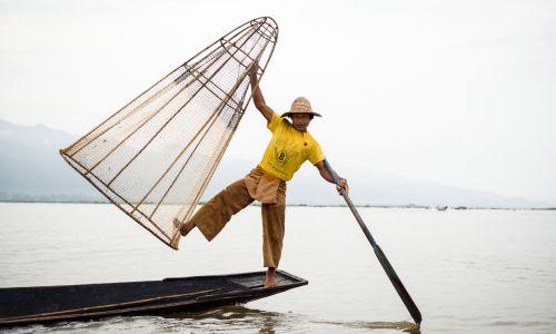 Rybak na jeziorze Inle Lake w Birmie (fot. T. Bogusz)
