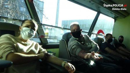Do akcji zgłosili się policjanci, mundurowi emeryci, pracownicy cywilni bielskiego pododdziału, a także członkowie rodzin tych osób (fot. Śląska Policja))
