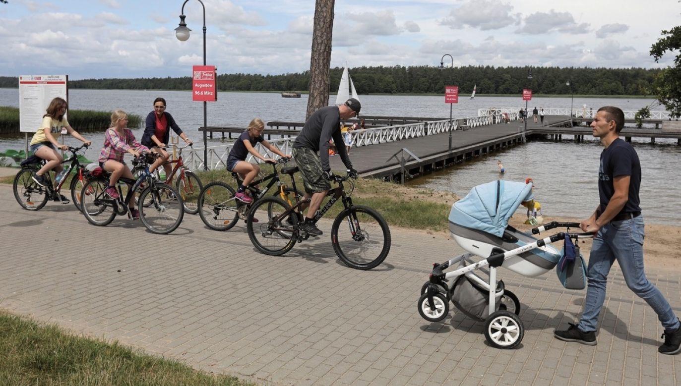 Wakacyjny wypoczynek nad jeziorem Necko w Augustowie (fot. PAP/Artur Reszko)