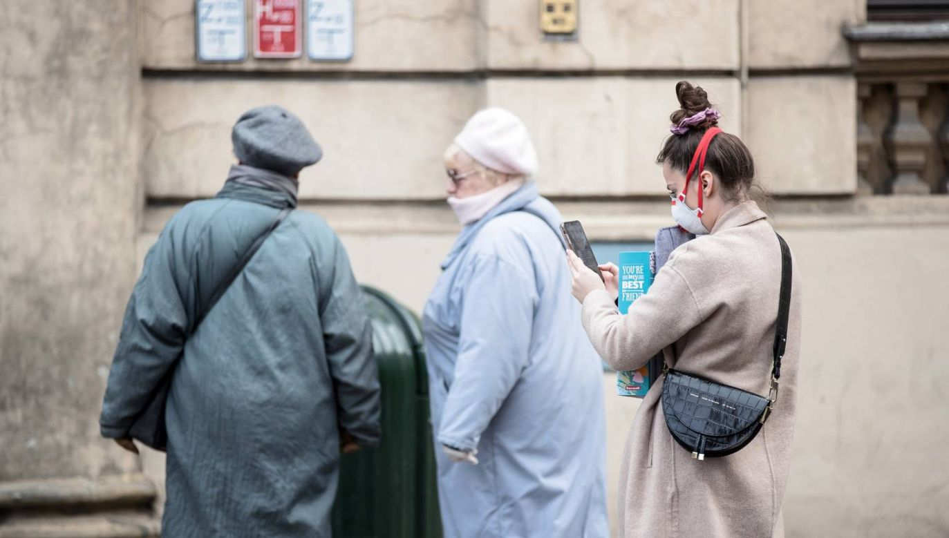 W  związku z epidemia koronawirusa należy unikać kontaktów społecznych  (fot. PAP/Łukasz Gągulski)