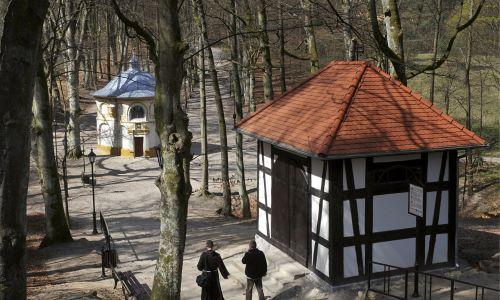 Kalwaria Wejherowska zkapliczką Pałacu Piłata oraz kaplicą Pierwszego Upadku Chrystusa.