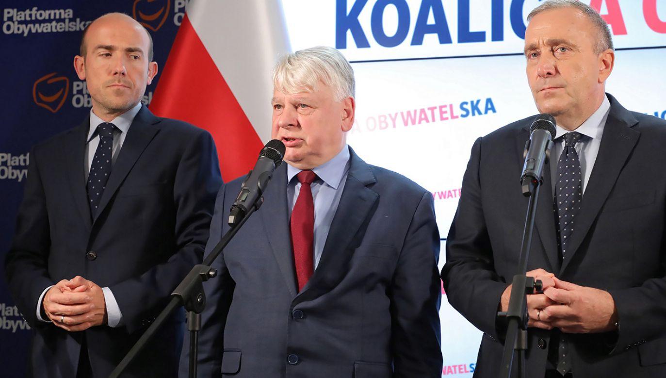 Przewodniczący PO Grzegorz Schetyna (P), wicemarszałek Senatu Bogdan Borusewicz (C) oraz wiceprzewodniczący PO Borys Budka (L) podczas konferencji (fot. PAP/Paweł Supernak)