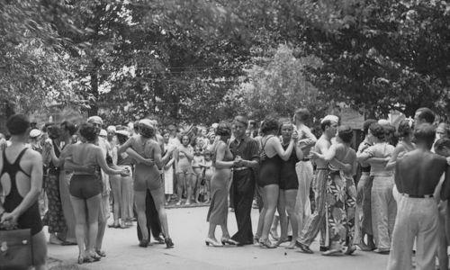 Rok 1936. Warszawa. Plaża Braci Kozłowskich. Tańce na plaży. (fot. NAC)