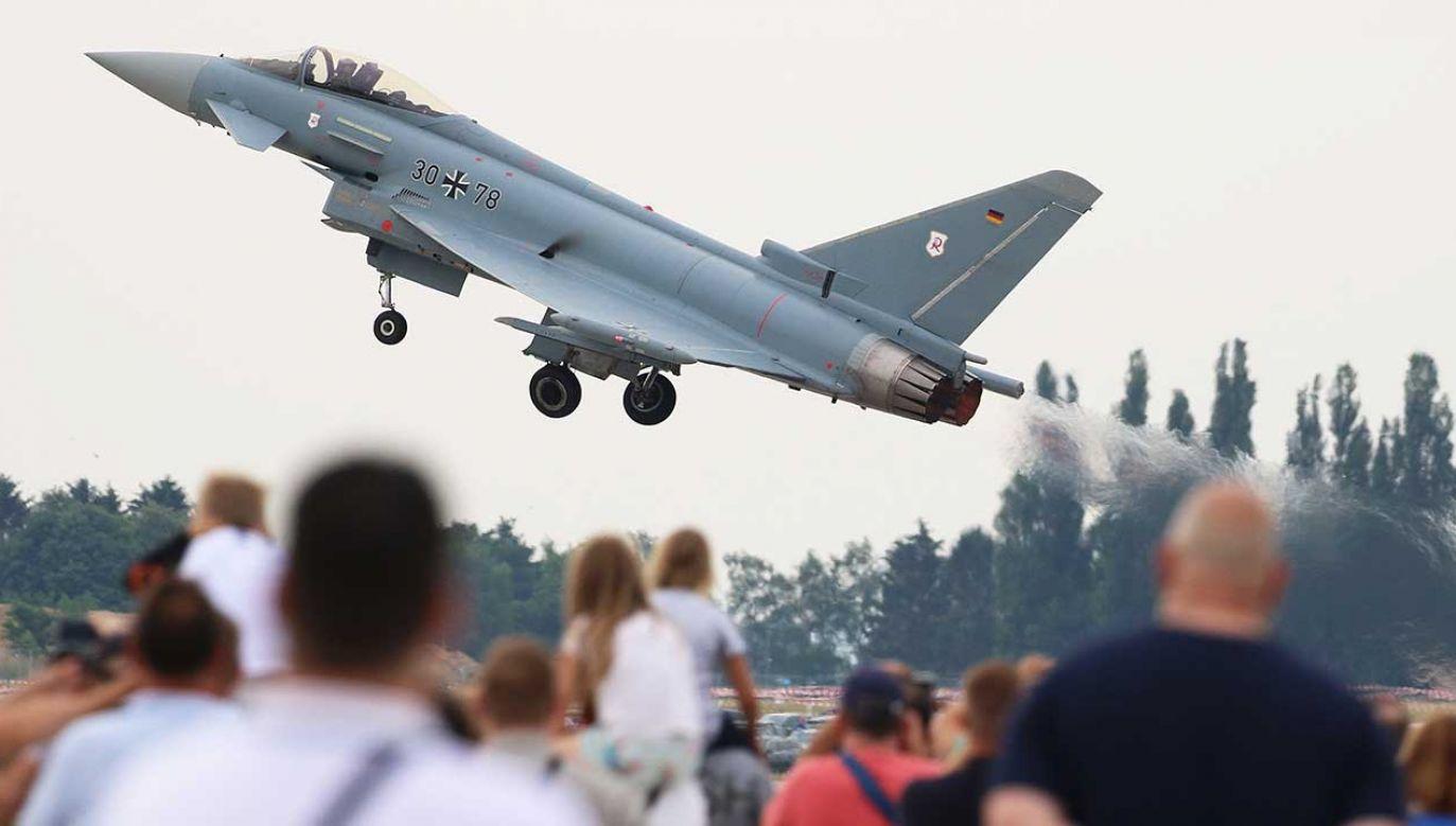 """Myśliwiec Eurofighter Typhoon niemieckich sił powietrznych (Luftwaffe) podczas """"Dnia sił niemieckich"""" w bazie sił powietrznych w Wunstorf w północnych Niemczech (fot. PAP/EPA/FOCKE STRANGMANN)"""