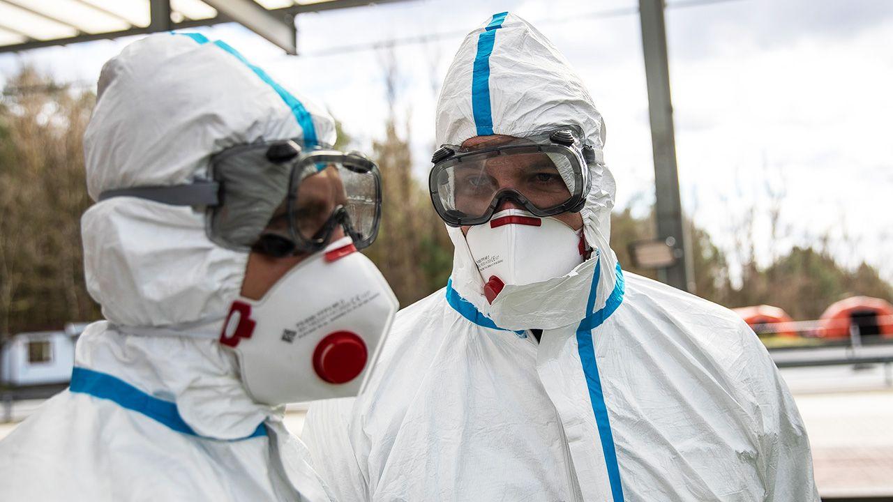 Policjanci podjęli natychmiastową interwencję w specjalnej ochronnej odzieży z zachowaniem szczególnych środków ostrożności (fot. Maja Hitij/Getty Images)