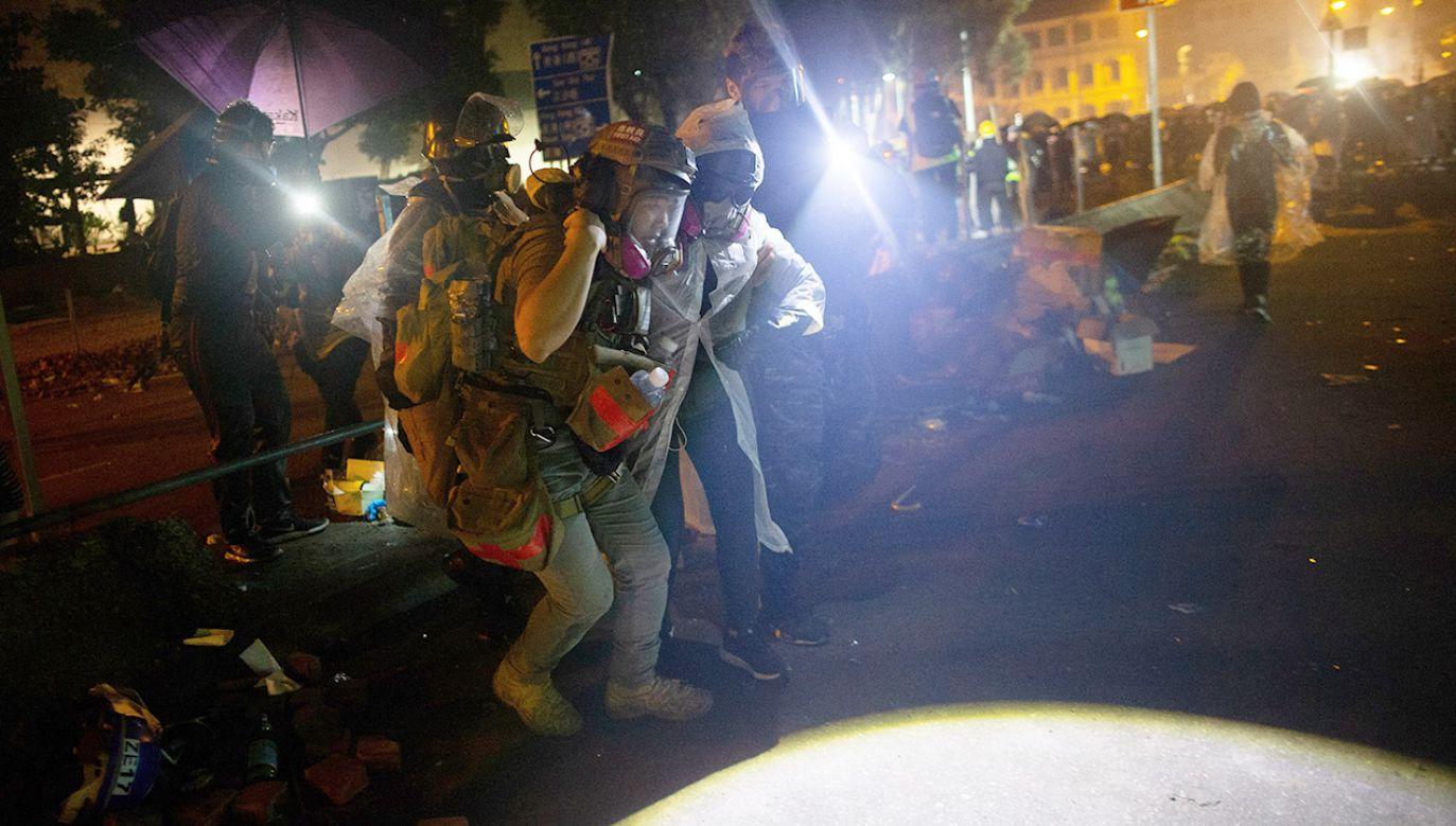 Wielu rannych opuszcza kampus politechniki w asyście ratowników (fot. PAP/EPA/JEROME FAVRE)