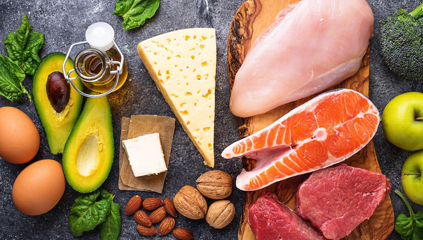 Warto sięgać po takie produkty, jak oliwa, tłuste ryby, mięso, orzechy lub nasiona (fot. Shutterstock/Yulia Furman)