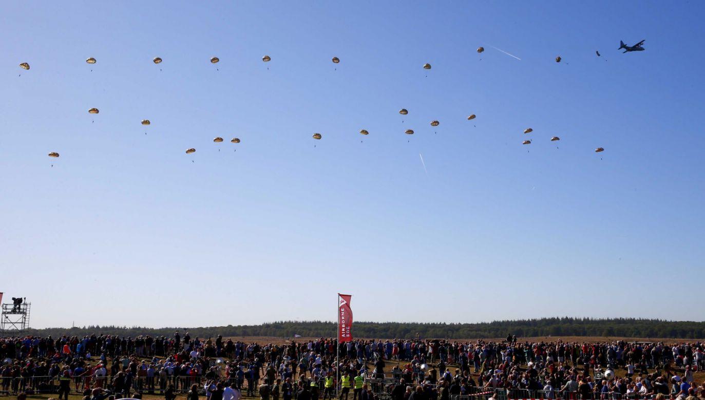 Skoki spadochronowe podczas uroczystości rocznicowych w Arnhem w Holandii (fot. PAP/EPA/Vincent Jannink)