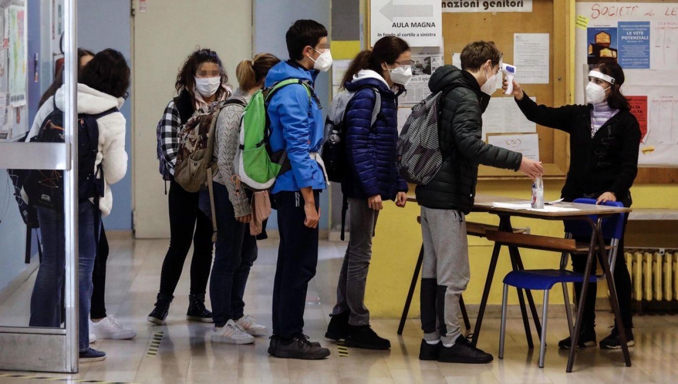 Jak podkreśla prasa, władze regionu przewidują, że do końca października do tamtejszych szpitali trafi 4 tysiące chorych na Covid-19, w tym 600 na oddziały intensywnej terapii (fot. PAP/EPA/Mourad Balti Touati)