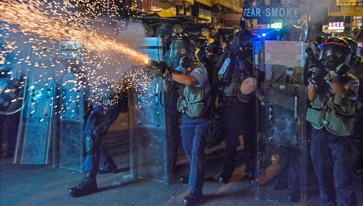 Starcia demonstrantów z policją w Hongkongu trwają od 10 tygodni (fot. PAP/EPA/MIGUEL CANDELA)
