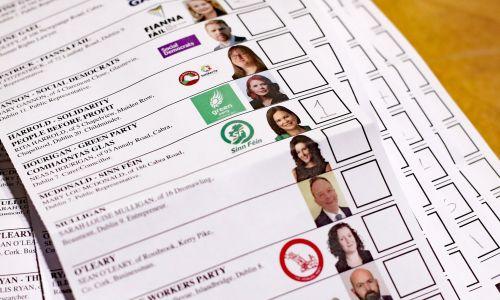 Pierwszy głos dla szefowej Sinn Fein Mary Lou McDonlad, podczas liczenia głosów oddanych  podczas wyborów powszechnych w Irlandii. 9 lutego 2020. Fot. Niall Carson / PA Images przez Getty Images