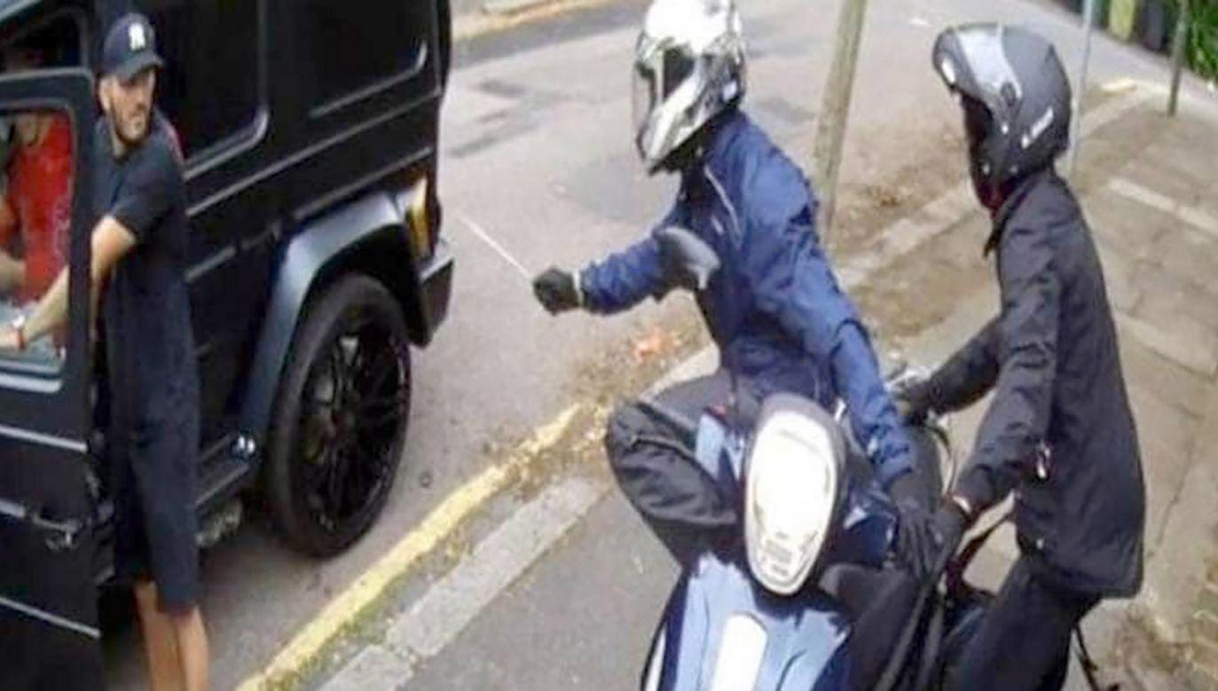 Mesut Ozil i Sead Kolasinac zostali zaatakowani na ulicy w północnym Londynie (fot. tt/@gunnersnews2019)