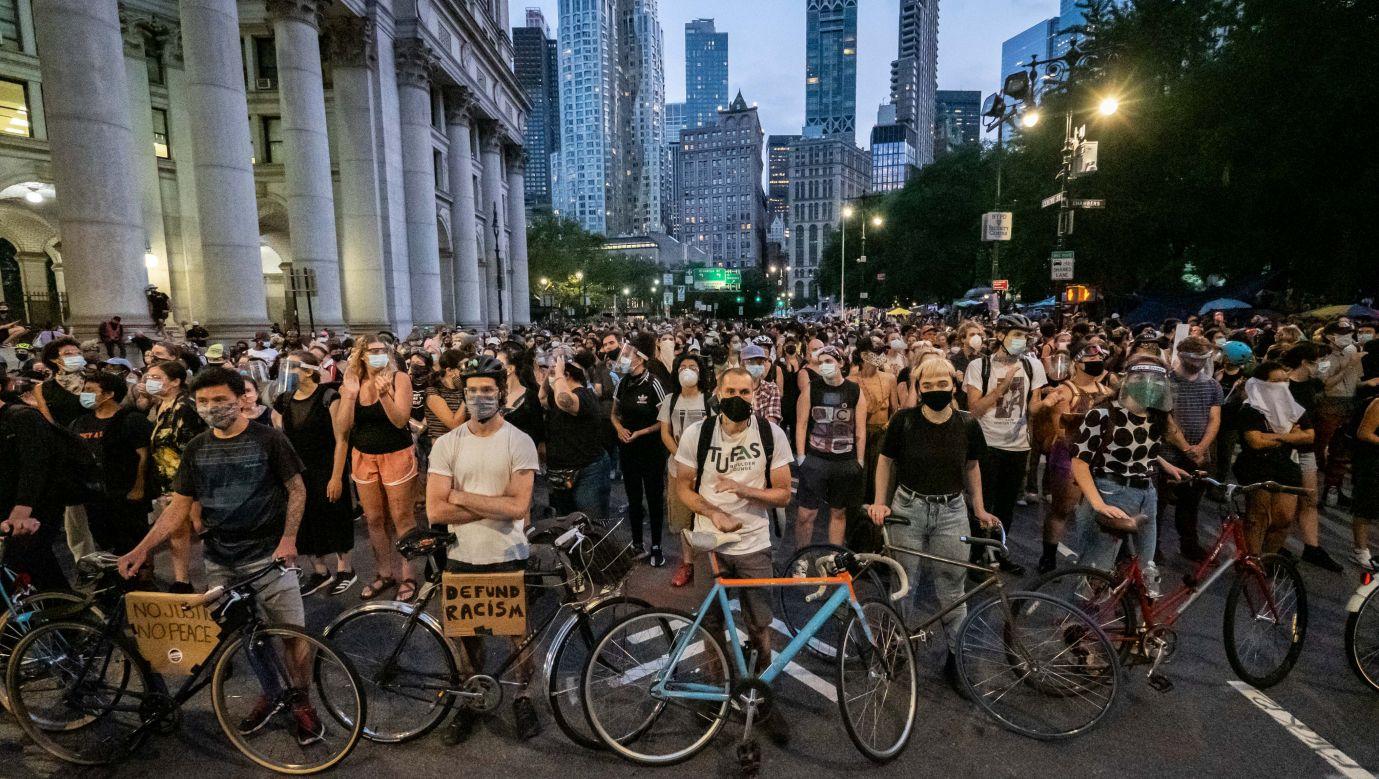 """30 czerwca protestujący zablokowali ulice na Manhattanie, ponieważ w czasie demonstracji, która odbywała się poprzedniego dnia jeden z jej uczestników został aresztowany. Oba prostety odbywają się w ramach kampanii """"Black Lives Matters"""", którą zapoczątkowała śmierć  George'a Floyda. Fot.  Ira L. Black/Corbis via Getty Images"""