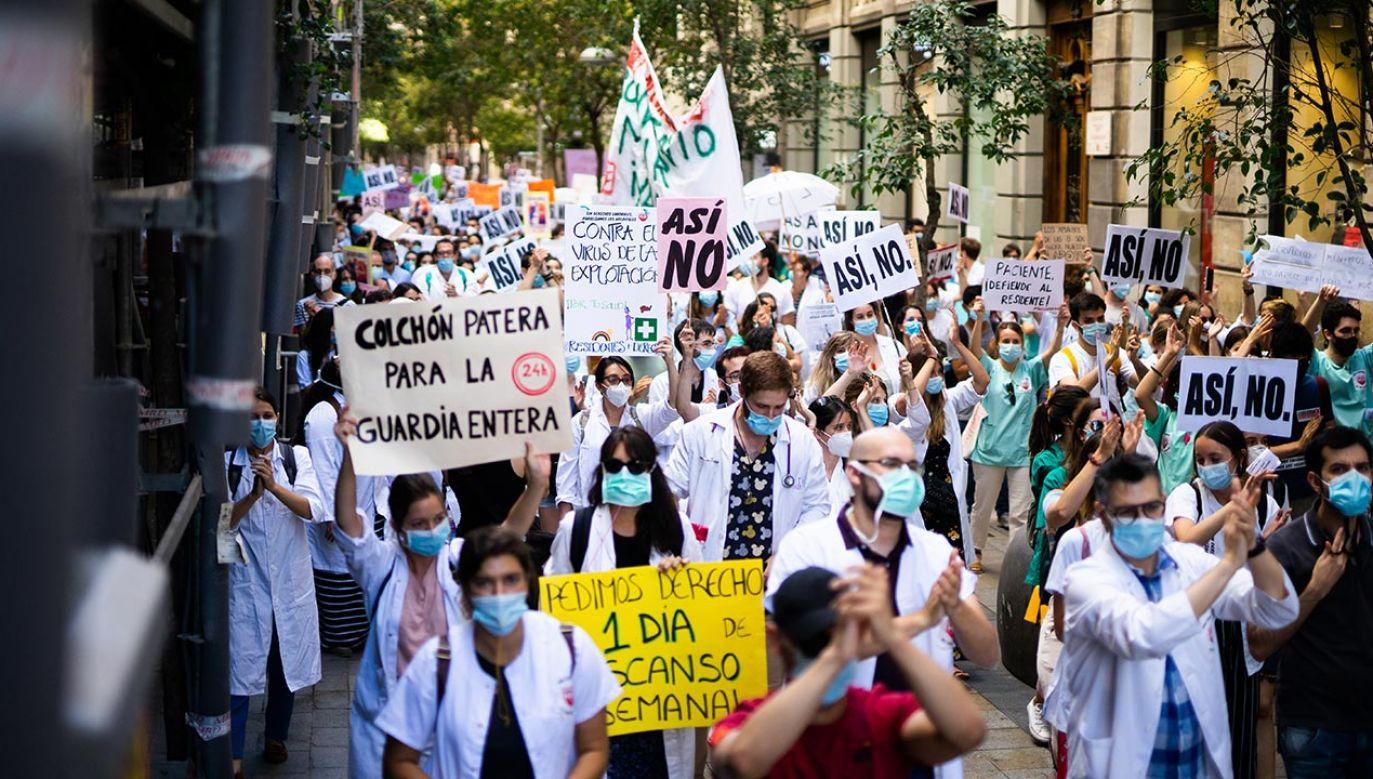 Głównym postulatem protestujących jest poprawa warunków ich pracy (fot. Jon Imanol Reino/NurPhoto via Getty Images)