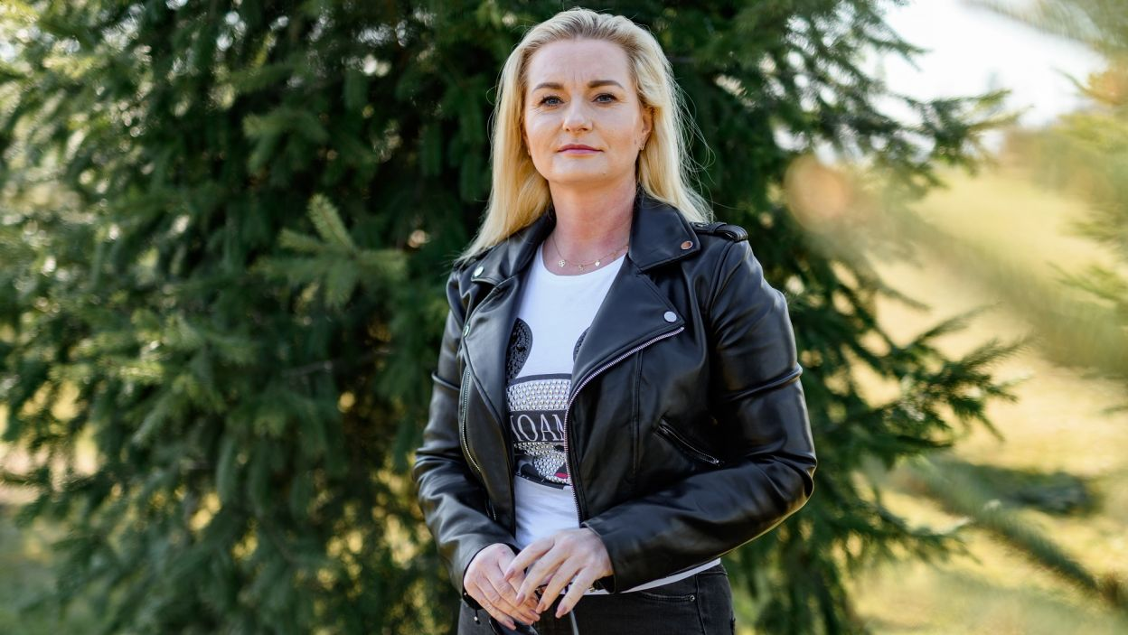 Joanna ma 39 lat i za sobą pracę w korporacji. Zostawiła jednak miasto na rzecz hodowli drobiu. Kto usiądzie z nią na kurzej grzędzie?  (fot. TVP)