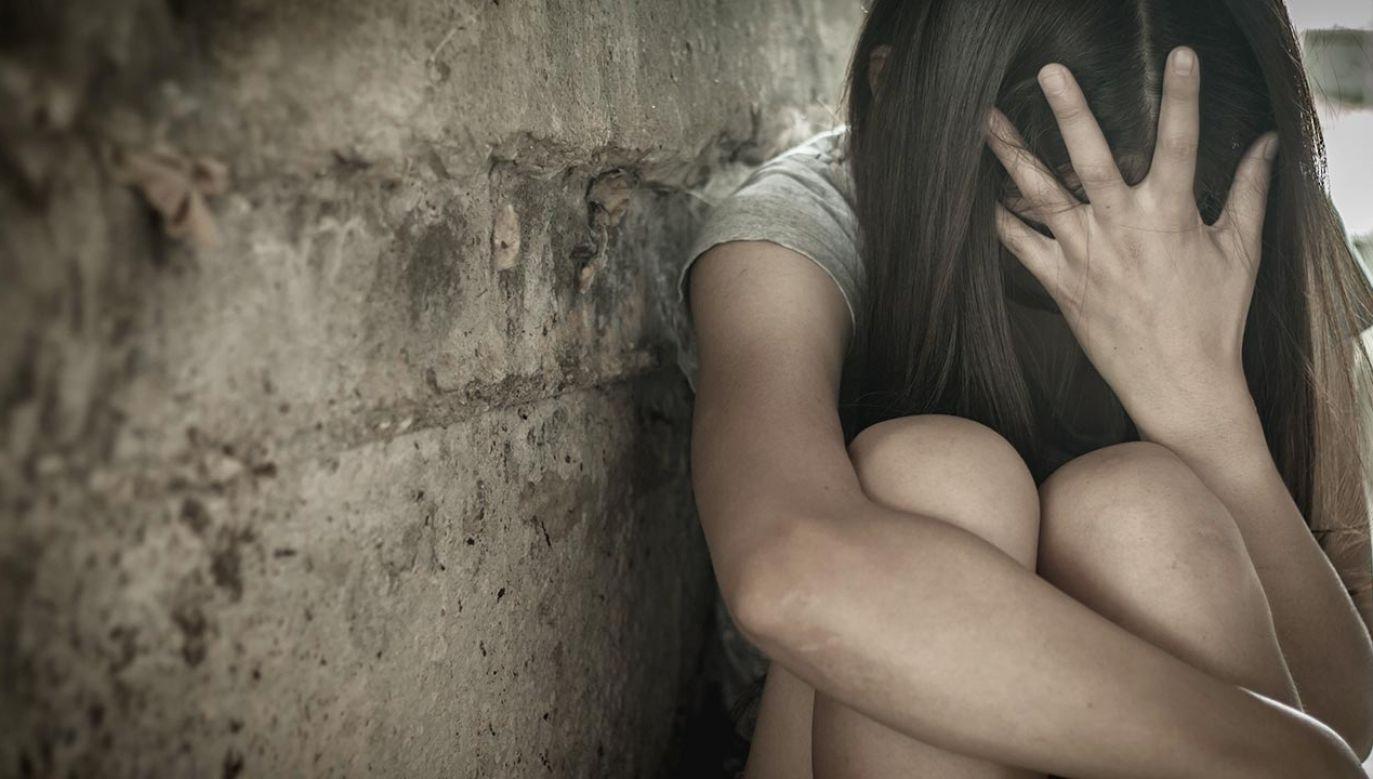 Nastolatka trafiła do sutenerów przypadkiem, kiedy poszukiwała pracy (fot. Shutterstock/Tinnakorn jorruang)