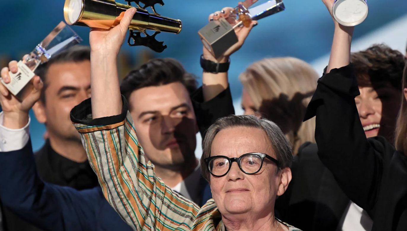 """Agnieszka Holland (C) z nagrodą Złote Lwy za film """"Obywatel Jones"""" (fot.  PAP/Adam Warżawa)"""