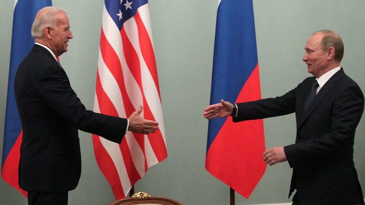 Prezydent USA Joe Biden i prezydent Rosji Władimir Putin (fot. EPA/MAXIM SHIPENKOV, PAP/EPA)
