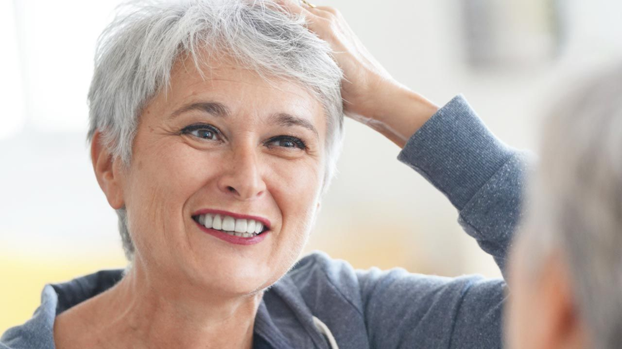 72 proc. kobiet obawia się siwienia (fot. shutterstock/goodluz)