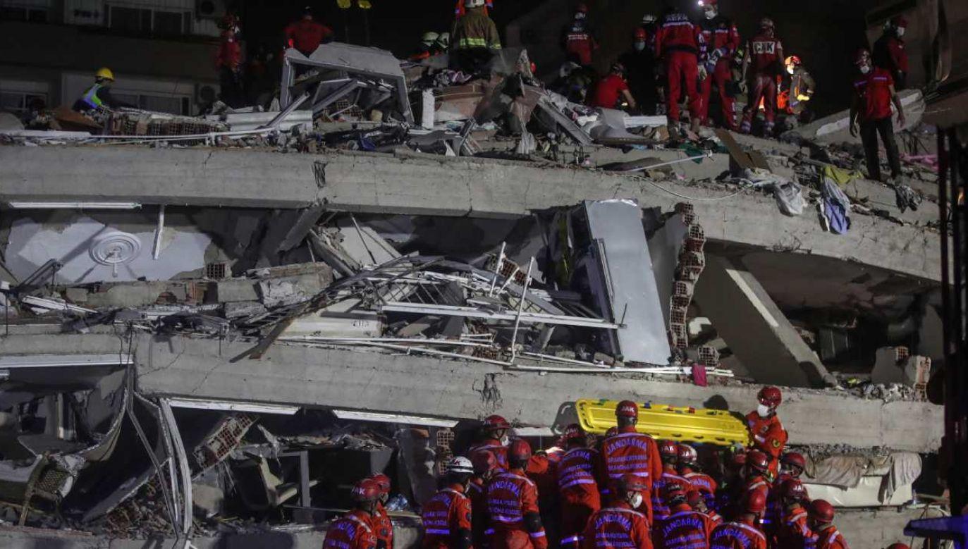 Akcje ratunkowe były prowadzona w 17 zawalonych budynkach w nadmorskiej prowincji Izmir w Turcji (fot. PAP/EPA/ERDEM SAHIN)