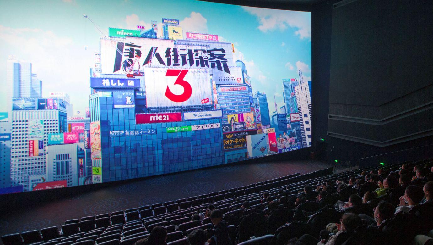 """Pokaz filmu """"Detective Chinatown 3"""" podczas uroczystości Chińskiego Nowego Roku w lutym 2021 w Taiyuan. Fot. Zhang Yun/China News Service via Getty Images"""