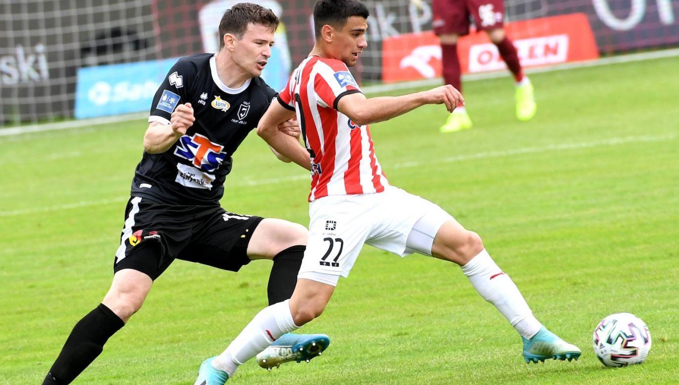 W meczu Cracovii z Jagiellonią na boisku pojawiło się osiemnastu obcokrajowców. Na zdjęciu Florin Loshaj i Ivan Runje (fot. PAP)