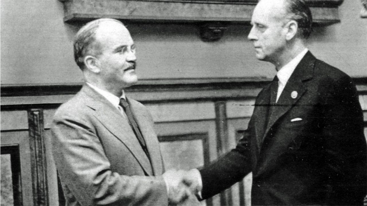 Szefowie dyplomacji ZSRR i III Rzeczy Wiaczesław Mołotow i Joachim von Ribbentrop (fot. Wiki/фонд ЦГАКФД)