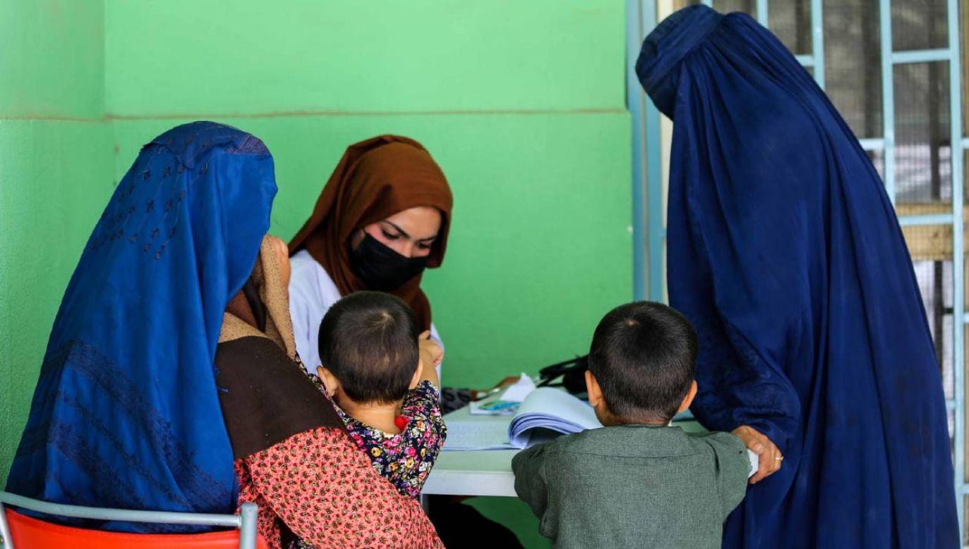"""Europosłowie """"z zadowoleniem przyjęli"""" plan zorganizowania przez KE pod koniec września forum na temat uchodźców afgańskich (fot. PAP/EPA/STRINGER)"""