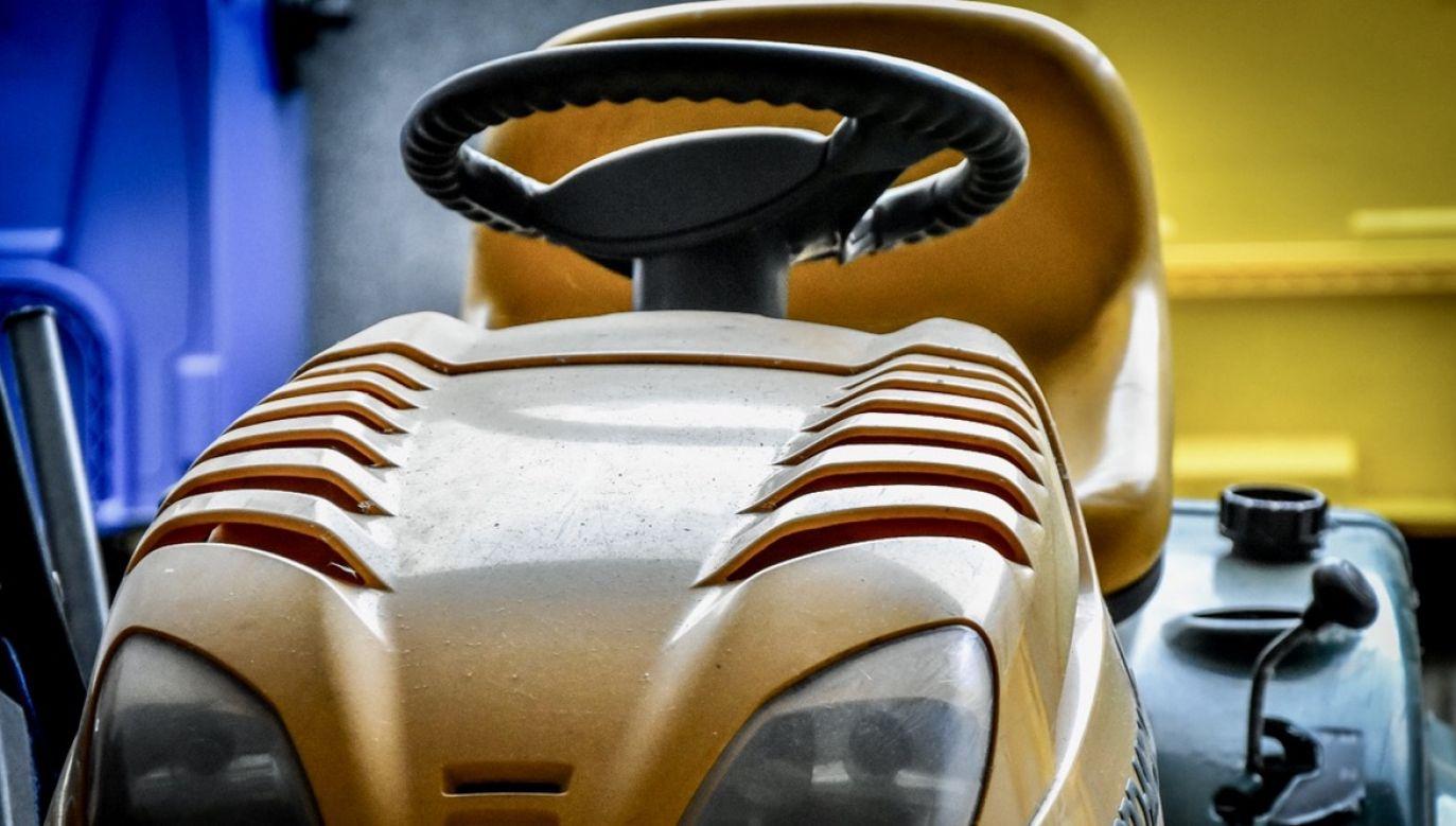 Mężczyzna potraktował kosiarkę jako środek transportu (fot. Komenda Miejska Policji w Gorzowie Wlkp)