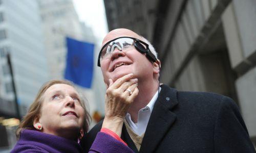 """Larry Hester otrzymał pierwszą wynalezioną protezę oka Argus II, nazywaną """"bioniczne oko"""", i po 33 latach znów widział - sprzedawca opon z Północnej Karoliny przebywał z żoną Jerry w Nowym Jorku, aby zobaczyć ponownie zabytki. Fot. Susan Watts/NY Daily News via Getty"""