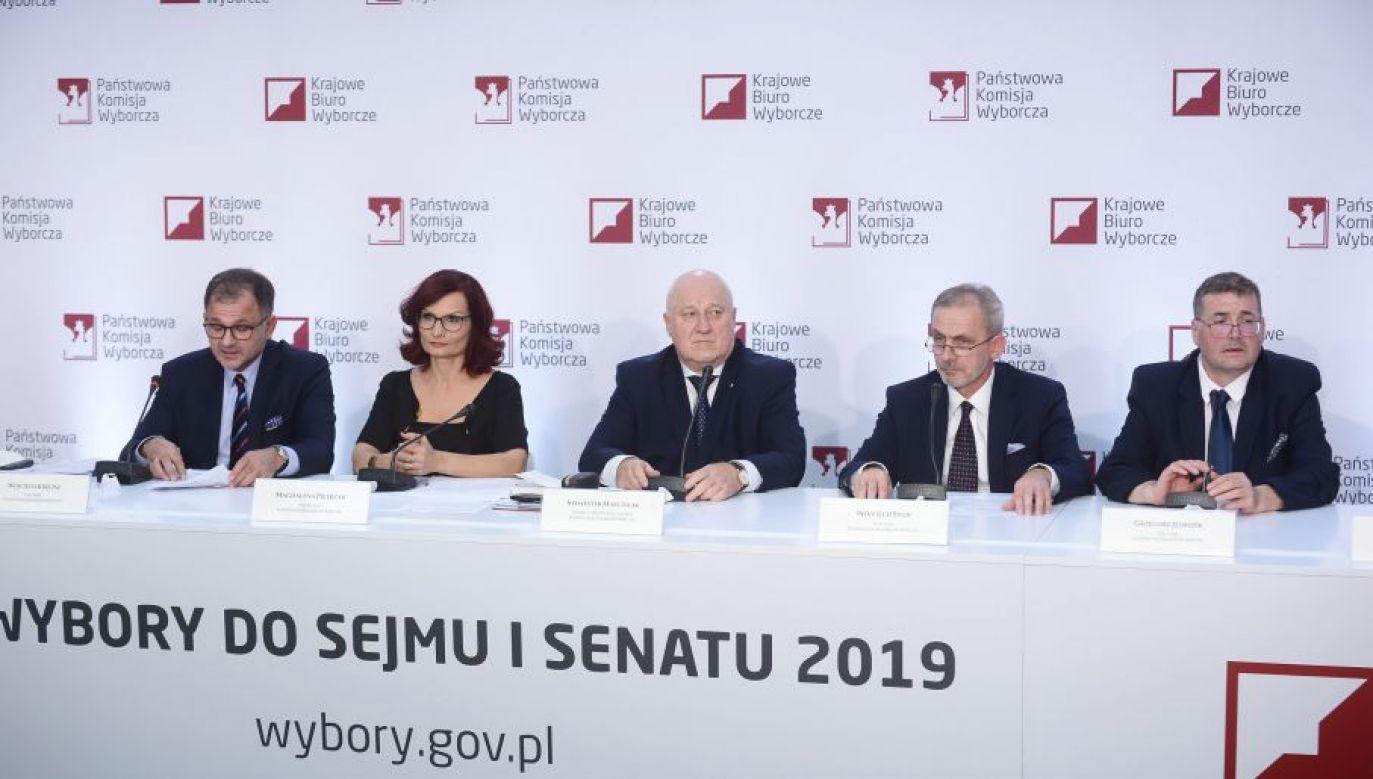 Cząstkowe wyniki wyborów (fot. PAP/Marcin Obara)