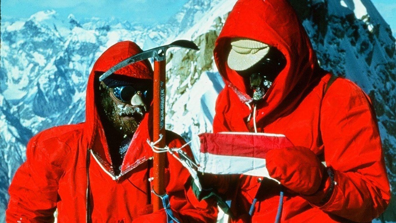 Przemysław Nowacki (po lewej) i Marek Malatyński na szczycie południowo-zachodniego wierzchołka góty Masherbrum. Fot.Zygmunt A.Heinrich