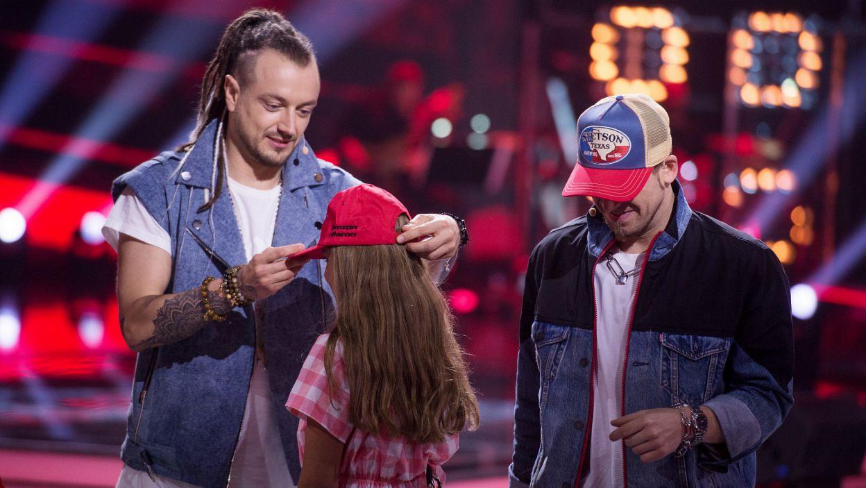 Zaśpiewała niemal doskonale, dzięki czemu mogła zaraz potem odebrać specjalną czapkę drużyny Barona i Tomsona (fot. TVP)