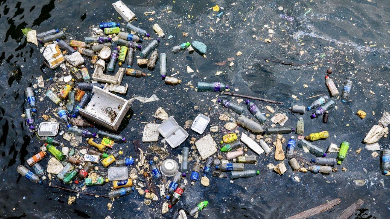 Stwierdzono, że metr sześcienny wody morskiej zawiera średnio ok. 1000 cząstek polietylenu, polipropylenu i polistyrenu (fot. Getty Images)