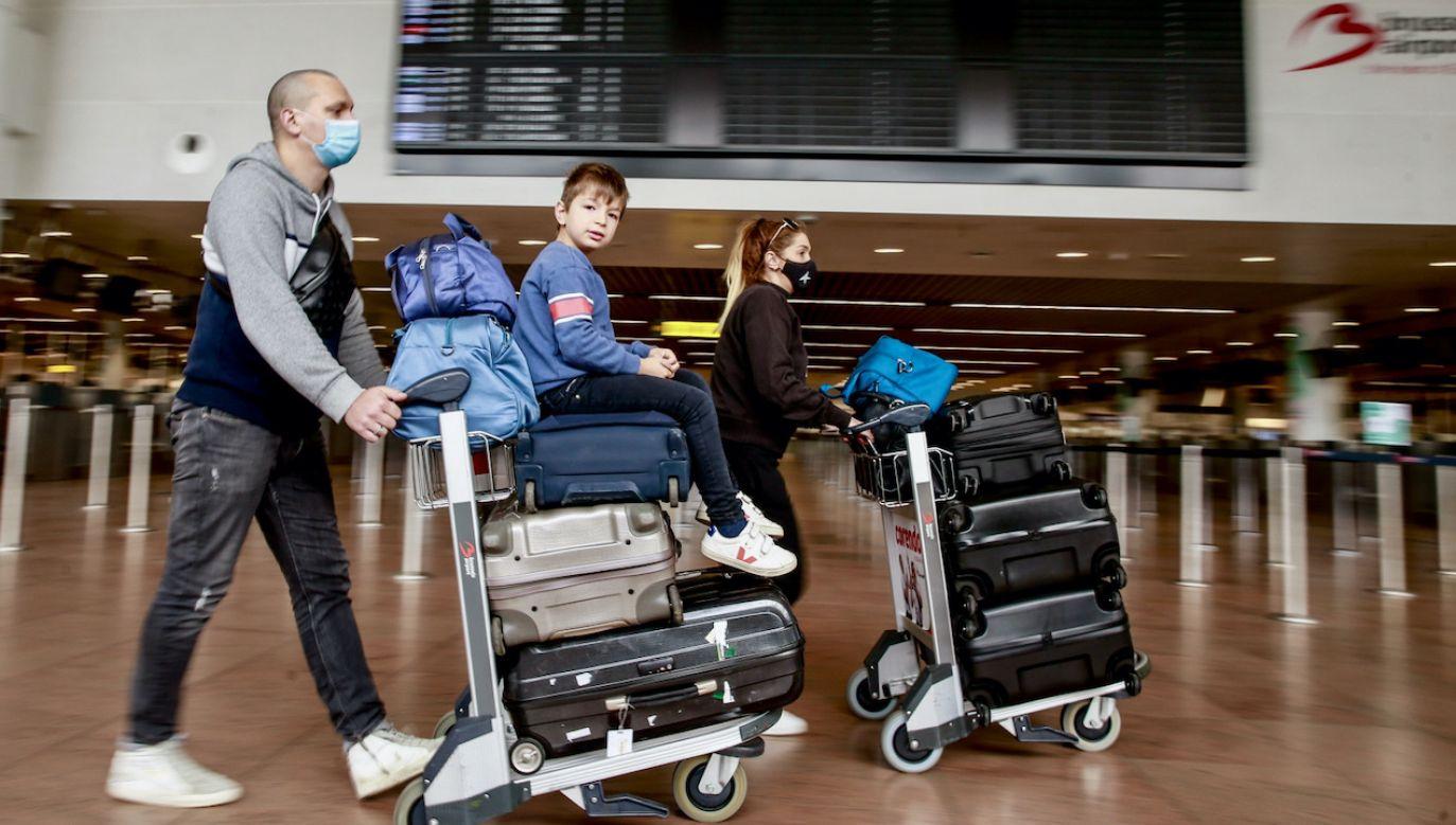 """""""Paszport ułatwiłby przemieszczanie się w okresie wakacyjnym"""" (fot. PAP/EPA/STEPHANIE LECOCQ)"""
