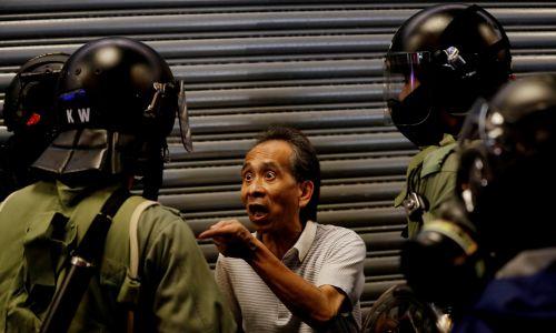 Kłopoty miewają też zwykli przechodnie. 27 października 2019 r. Fot. Reuters/Kim Kyung-Hoonone Siu