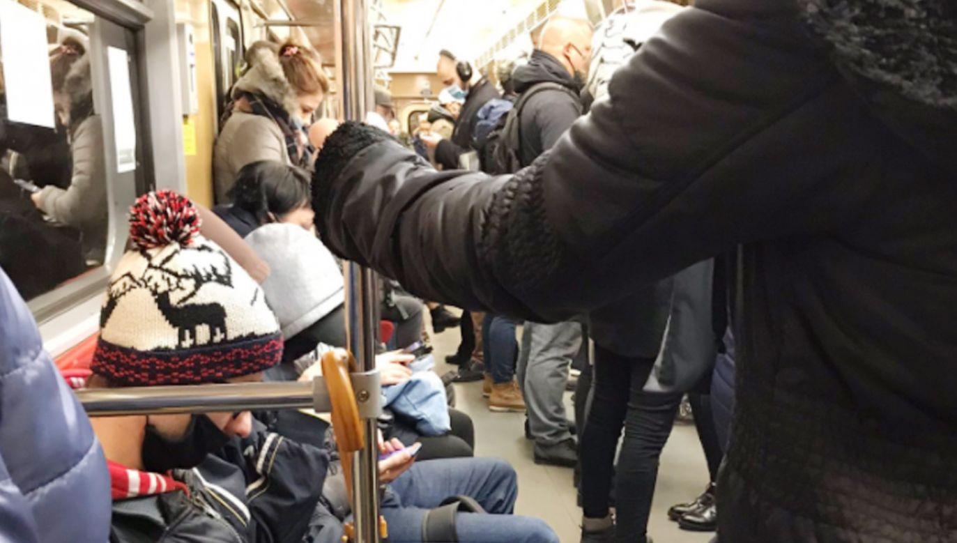 Koronawirus. Tłumy o poranku w warszawskim metrze (fot. TT/Michał Greloch)