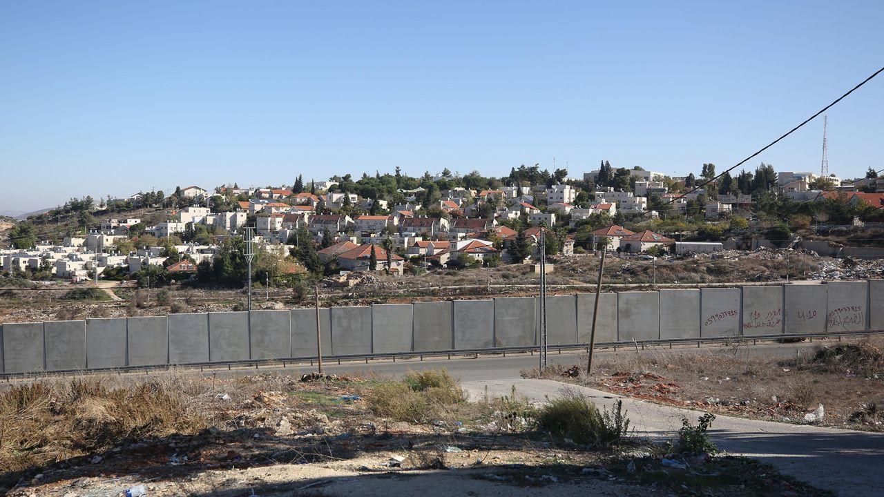 Władze izraelskie zatwierdziły budowę 1936 nowych domów w izraelskich osadach na administrowanych przez Tel Awiw terenach palestyńskich (fot. Issam Rimawi /Anadolu Agency via Getty Images)
