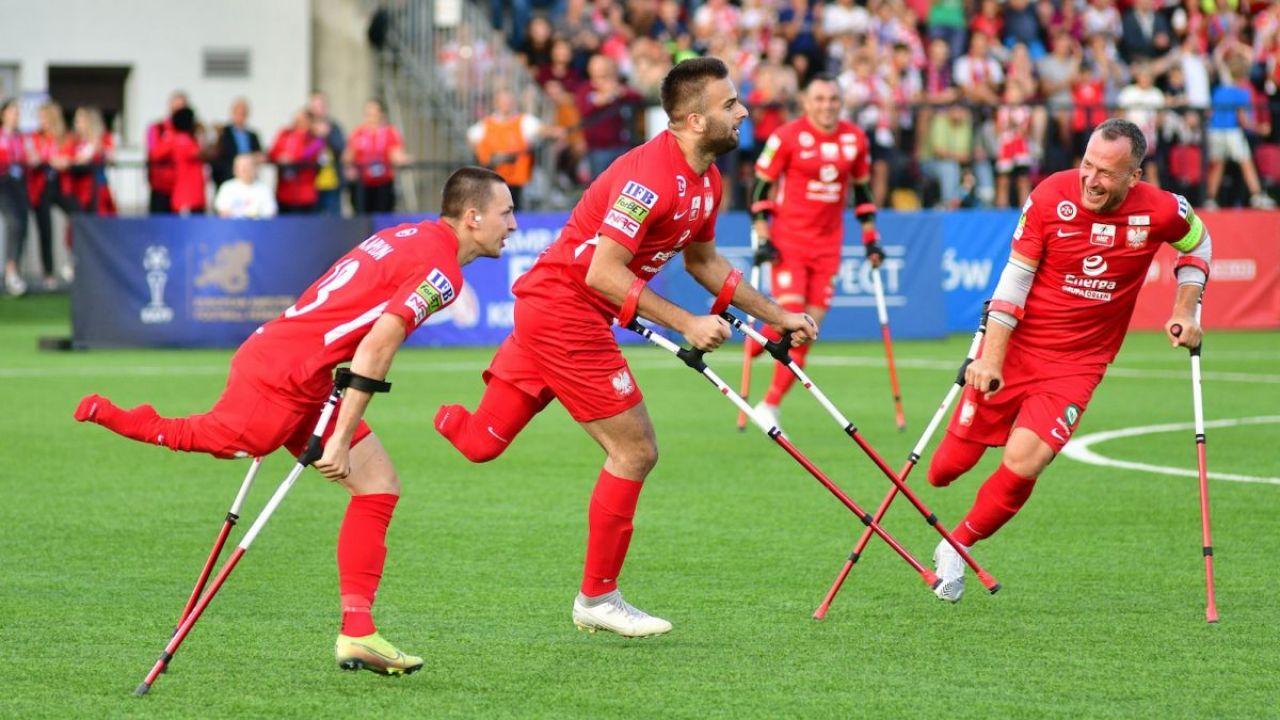 Mistrzostwa Europy w amp futbolu. Polska zremisowała z Hiszpanią 1:1 i zakończyła fazę grupową na pierwszym miejscu (sport.tvp.pl)