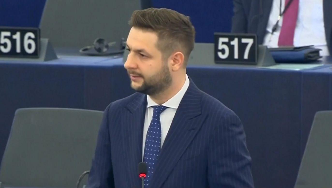 Patryk Jaki zabrał głos podczas debaty nad kandydaturą Ursuli von der Leyen na szefową Komisji Europejskiej (fot. TVP Info)