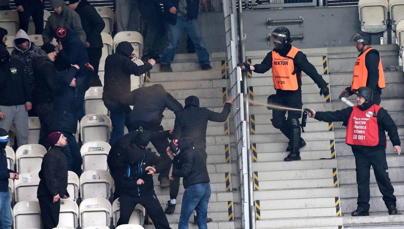 Mimo gigantycznych dochodów, gangsterzy w szalikach nie stronili od bójek z maczetami i polowania na kiboli konkurencyjnych band (fot. arch.PAP/Jacek Bednarczyk)